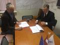 """SIA """"Jūrmalas ūdens"""" valdes priekšsēdētājs J.Daugavvanags (no kreisās) un SIA """"Aqua-Brambis"""" valdes priekšsēdētājs A.Brambis paraksta līgumu"""